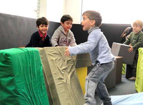 niños jugando en las colchonetas little villa